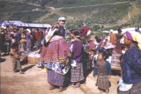 major-adauto-em-contato-com-a-populacao-em-area-de-alto-risco-de-linchamentos-aldeia-de-wuewuetenango