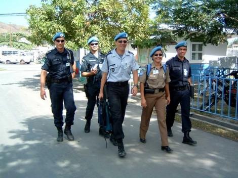 Foto Texto 2 Contingente de policiais militares brasileiros no primeiro dia no Timor Leste. 2003. (1)